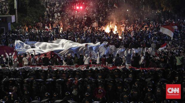 Massa pendemo berunjuk rasa menolak hasil rekapitulasi Pilpres 2019 oleh KPU.