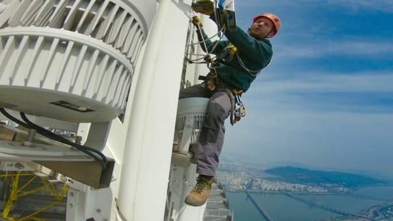 Tim F, ahli pemasang kembang api di gedung pencakar langit (CNN)