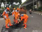 Pasukan Oranye Bersihkan Sampah Sisa Demo