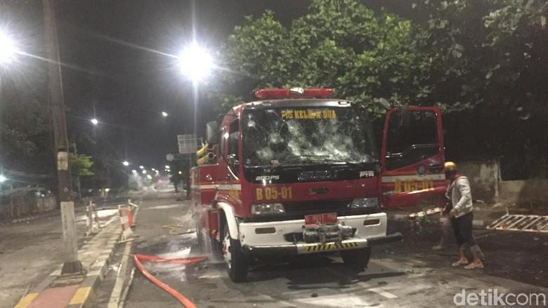 Petugas Evakuasi Mobil Damkar di Slipi yang Sempat Dibajak Massa