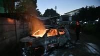 Saat foto diambil pun api masih berkobar membakar sebuah mobil jenis MPV.
