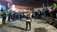 Perlahan situasi mulai kondusif. Polisi bergerak mendekati massa agar mundur.