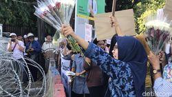 Emak-emak Bagikan Mawar di Depan KPU, Minta Warga Tak Terprovokasi