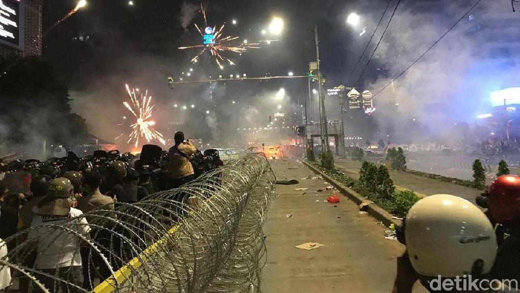 Massa Kembali Lempari Polisi, Api Muncul Lagi di Depan Bawaslu