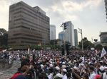 Massa Aksi di Depan Bawaslu Bentangkan Bendera Merah Putih Raksasa