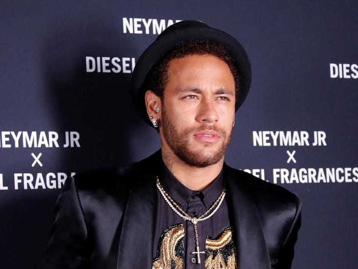 Neymar Jr. pakai celana mirip rok saat peluncuran parfumnya. (Foto: Reuters)