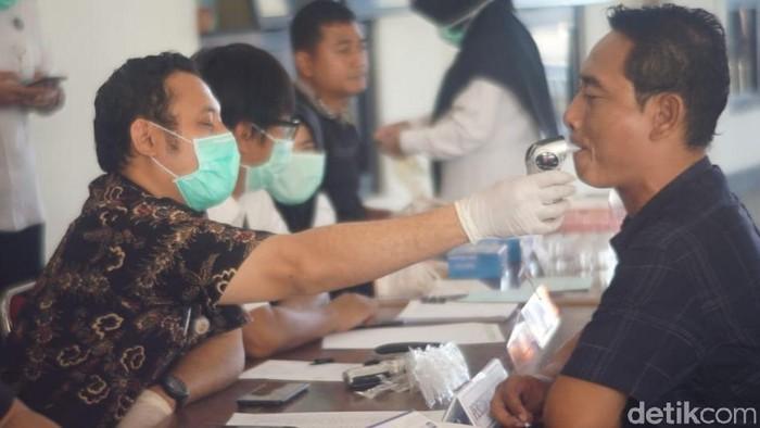 Cek kesehatan di terminal Tirtonadi Solo (Foto: Bayu Ardi Isnanto/detikcom)