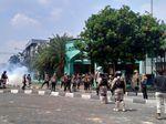 Dibubarkan Polisi, Sebagian Massa di Petamburan Lari ke Masjid
