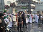 Bubarkan Massa Rusuh di Flyover Slipi, Polisi Semburkan Water Cannon