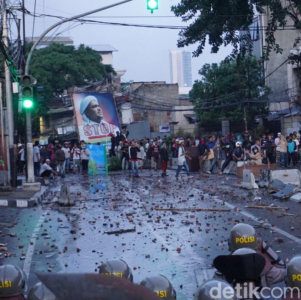 Massa di Slipi Kembali Lempari Batu ke Polisi
