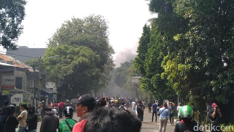 Asap Hitam Muncul di Jl Brigjen Katamso Jakarta Barat