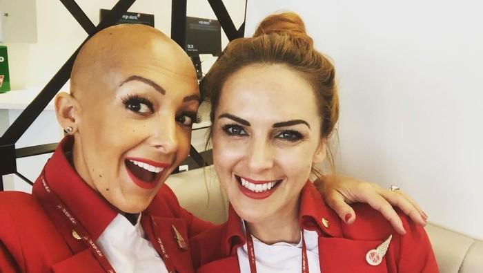 Rima Theisen bersama rekannya sesama pramugari Virgin Atlantic. Foto: Instagram/@thebaldmama