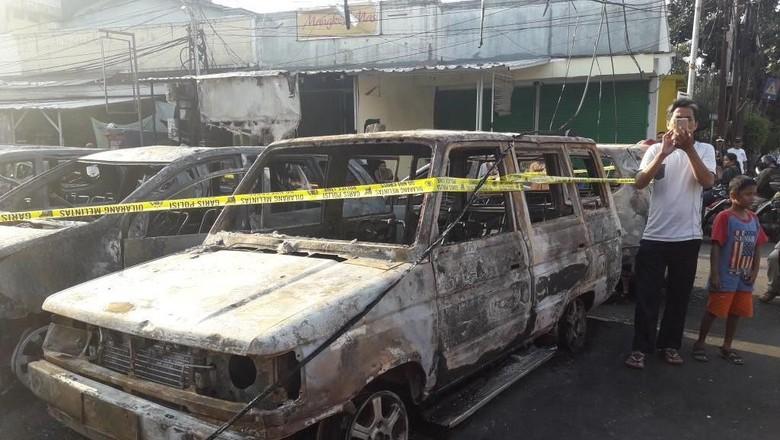 Cerita Warga Saat Sejumlah Mobil di Asrama Brimob Dibakar Massa