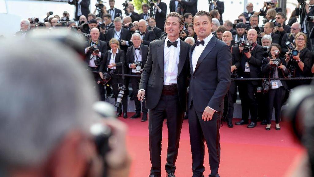Brad Pitt dan Leonardo DiCaprio Kompak Bertuksedo, Siapa Paling Tampan?