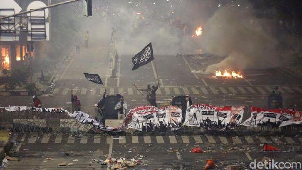 Polisi menembakkan gas air mata untuk menghalau massa yang beringas di Jl MH Thamrin, Jakarta Pusat.