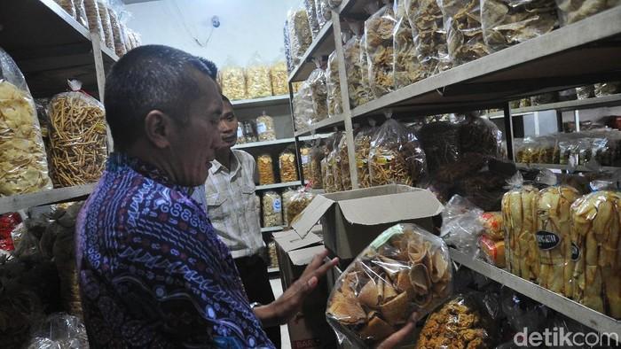 Sidak makanan dengan bahan berbahaya di Kudus. Foto: Akrom Hazami/detikcom