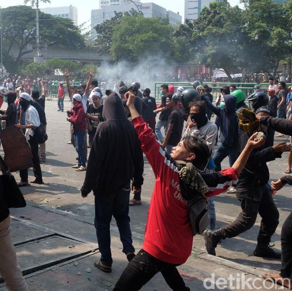 Video Bentrok Polisi-Massa di Daerah Petamburan