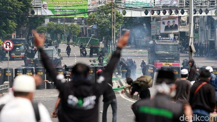 Rasa ingin tahu kadang mendorong seseorang mendekati kerusuhan, alih-alih mencari tempat aman (Foto: Ari Saputra)