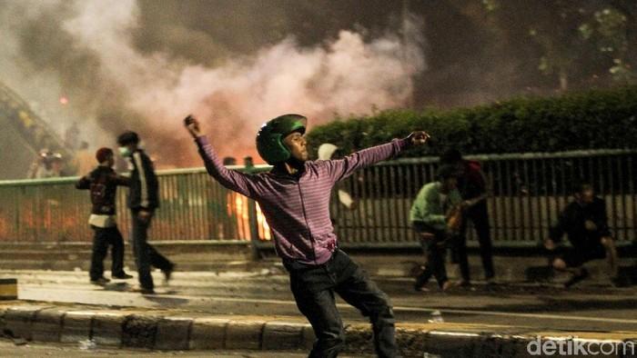 Ketika terkena efek gas air mata, ini pertolongan pertamanya. Foto: Rifkianto Nugroho
