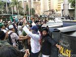 Pagi-pagi, Massa di Bawaslu Sempat Lempar Batu ke Arah Polisi