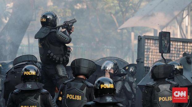 Aparat menembakkan gas air mata di Tanah Abang.