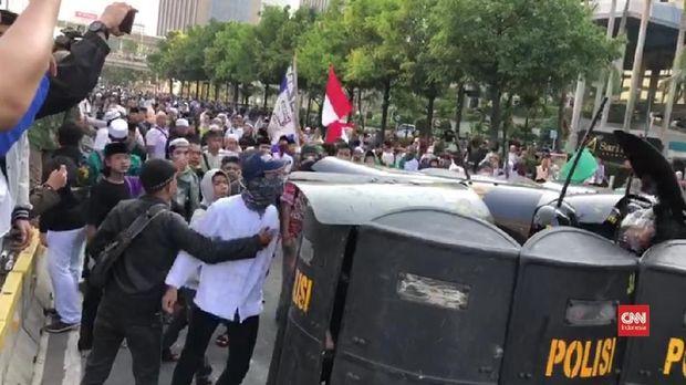 Massa sempat memicu kerusuhan dalam demo di bawaslu, Rabu (22/5) pagi.