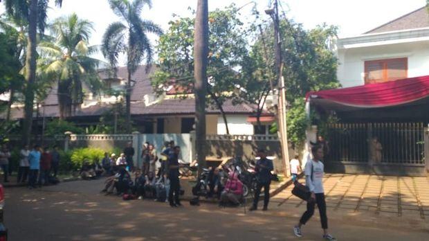 Di kediaman Prabowo pun tampak mulai didatangi sejumlah orang.