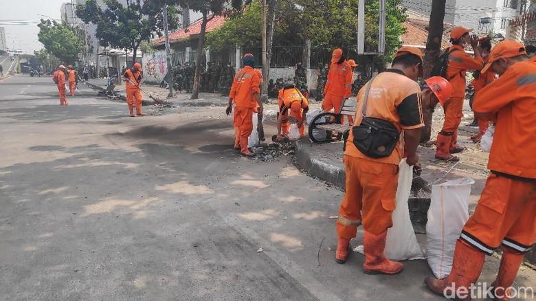 Jl Jatibaru Tanah Abang Mulai Kondusif, PPSU Bereskan Sampah Bekas Rusuh