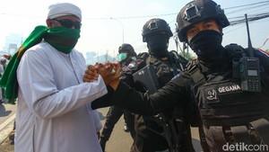 Massa Bersorban Bantu Polisi Tenangkan Warga