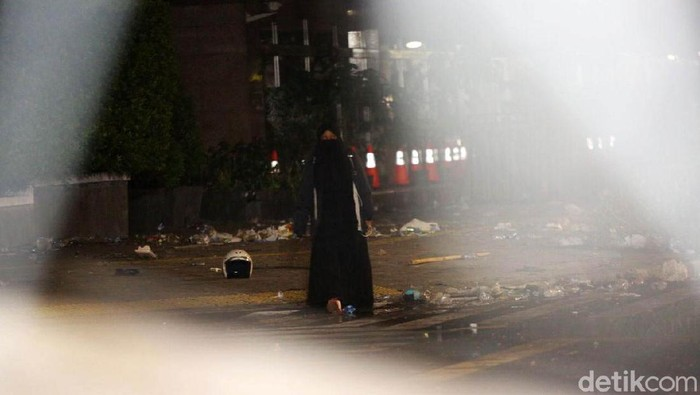 Sosok wanita misterius berbusana serbahitam yang muncul di sela aksi 22 Mei diduga agak stres (Foto: Agung Pambudhy)