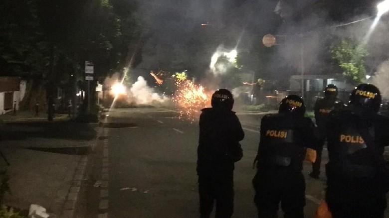 Polisi Kejar Massa hingga Tn Abang, Tembakkan Gas Air Mata-Water Cannon