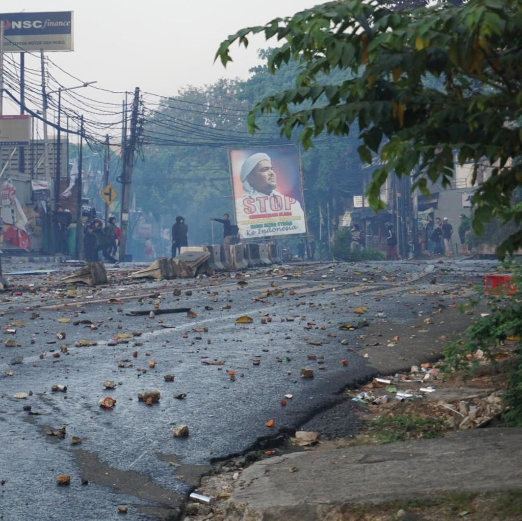 Massa Ricuh di Slipi Bentangkan Poster Imam FPI Habib Rizieq Shihab