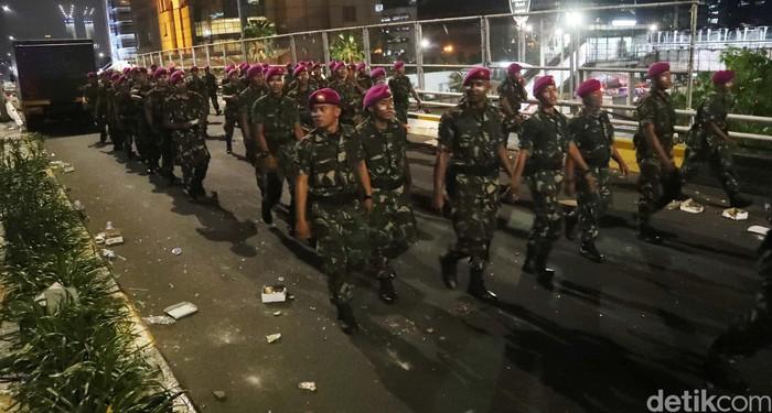 Pasukan Marinir ikut diterjunkan untuk mengamankan kawasan Slipi, Jakarta Barat, Rabu (22/5). Saat ini kondisi di Slipi berangsur kondusif.