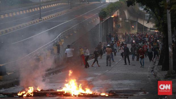 Massa di Tanah Abang melempari petugas dengan bom molotov.