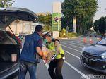 Pengendara Ini Bagikan Takjil untuk Polisi yang Berjaga Dekat Gedung DPR