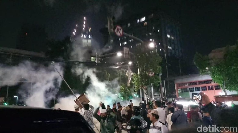 Massa Masih Bertahan Dekat Bawaslu, Polisi Terus Tembakkan Gas Air Mata