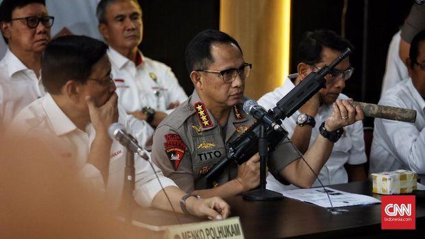 Kapolri Tito Karnavian menunjukkan senjata sitaan yang diduga terkait aksi 22 Mei.