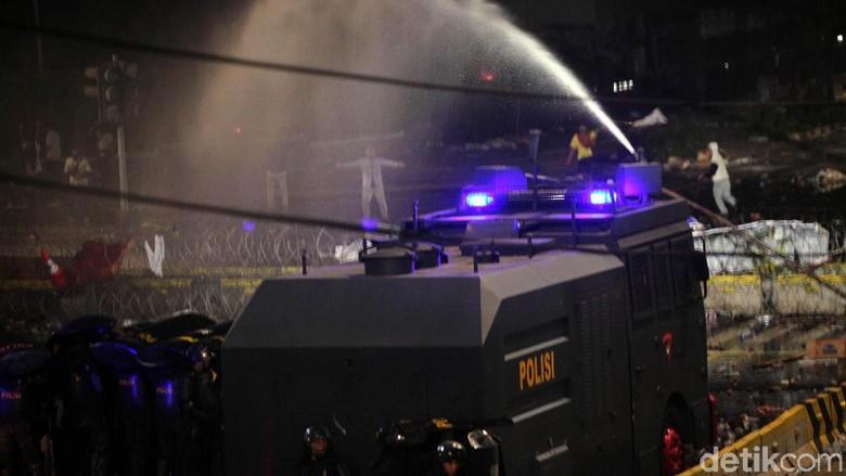 Polisi ke Massa Rusuh: Kita Saudara, Ini Rumah Kita, Silakan Pulang