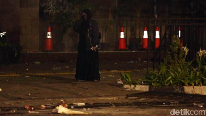 Ditembak Gas Air Mata, Perempuan Berpakaian Serbahitam Tinggalkan Bawaslu