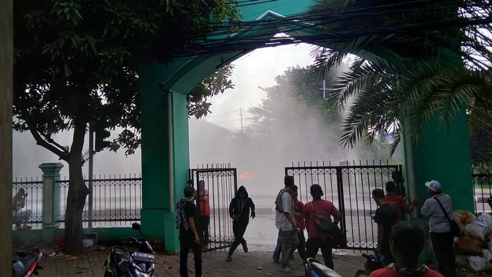 Heli water bombing padamkan ban yang dibakar di Petamburan (Foto: Ahmad Bil Wahid/detikcom)