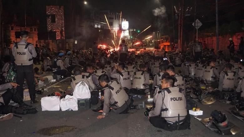 Polisi Sambut Serangan Petasan dari Massa Ricuh di Slipi dengan Tepuk Tangan
