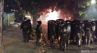 Massa Bakar Sampah di Kawasan Blok A, Serang Polisi dengan Kembang Api-Batu