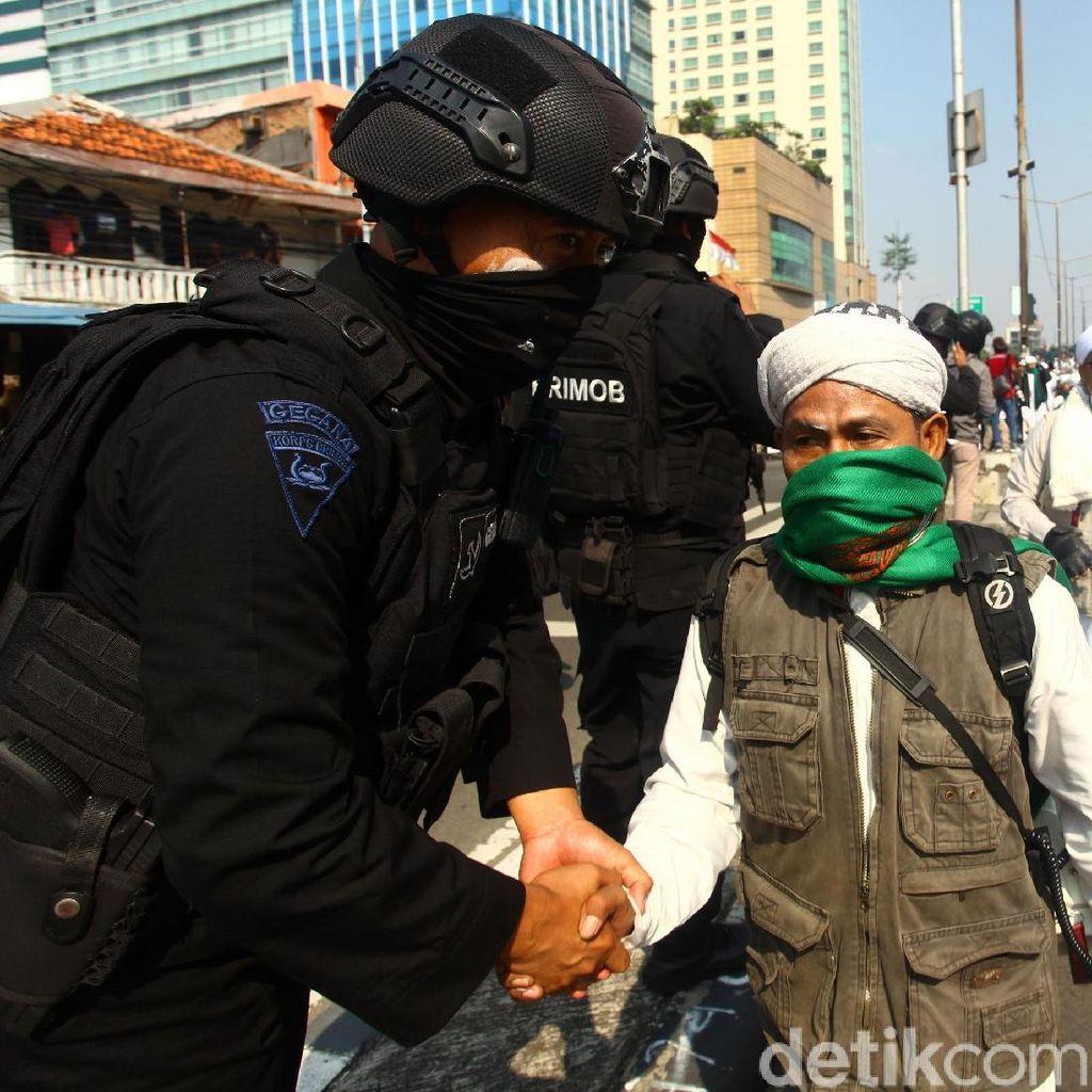 Polisi: Massa Rusuh di Flyover Slip Bawa Anak Panah hingga Bensin