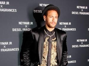 Tampil Beda, Neymar Pakai Celana Mirip Rok di Peluncuran Parfumnya