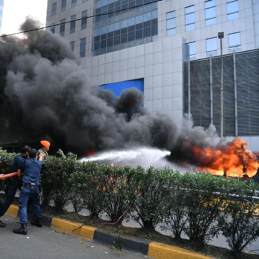 Video Penampakan Mobil Polisi yang Dirusak Massa di Flyover Slipi