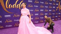 Aksi Mena Massoud Aladdin Jadi Asisten Dadakan Naomi Scott di Red Carpet