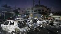 Sejumlah mobil dibakar orang tidak dikenal. Tampak dalam foto, kondisi mobil mungil seperti Brio sudah hangus. Foto: ANTARA FOTO/Sigid Kurniawan