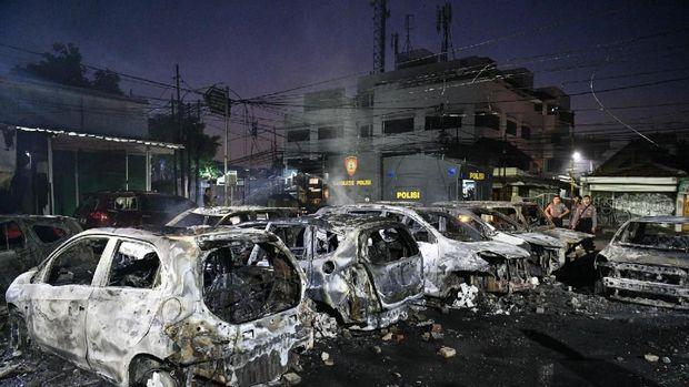 Sejumlah mobil terbakar akibat demo rusuh di Komplek Asrama Brimob, Petamburan, Jakarta, Rabu (22/5/2019).