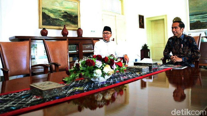 Ketua MPR yang juga Ketua Umum PAN Zulkifli Hasan menemui Presiden Joko Widodo (Jokowi). Pertemuan berlangsung di Istana Kepresidenan Bogor.