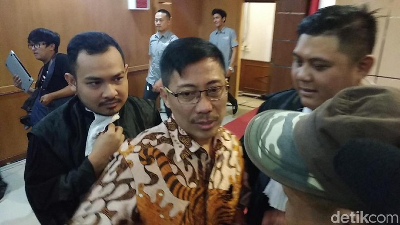 Sambil Terisak, Bupati Cirebon Sunjaya Pasrah Divonis 5 Tahun Bui